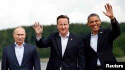 지난 18일 북아일랜드에서 열린 주요 8개국 정상회담에서 기념 촬영 중인 바락 오바마 미국 대통령과 데이비드 캐머런 영국 총리, 블라디미르 푸틴 러시아 대통령(오른쪽 부터).
