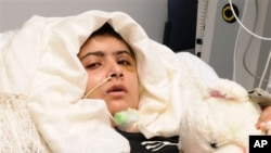영국 퀸 엘리자베스 병원이 19일 공개한 마랄라 유사프자이의 사진. 병원 측은 유사프자이가 일어나고 글을 쓸 수 있을 정도로 상태가 호전 중이라고 밝혔다.