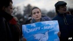 7일 러시아 모스크바에서 평화를 촉구하는 거리행진이 열린 가운데 한 여성이 포스터를 들고 시위하고 있다.