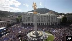 Para pendukung kelompok oposisi Georgia melakukan unjuk rasa di Lapangan Kemerdekaan di ibukota Tbilisi (27/5).