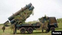 11일 일본 오키나와 나하에서 벌어진 자위대 훈련에서 자위대원들이 지대함 미사일 발사 준비를 하고 있다.