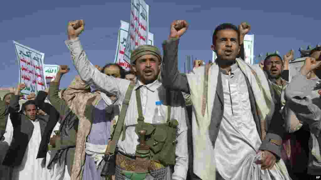 Wasu 'yan kasar Yemen, suke zanga zangar a birnin Sana; a domin goyon bayan yan tawayen Houthi.