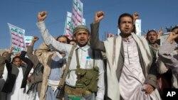 Para pendukung gerilyawan Syiah melakukan unjuk rasa di ibukota Sanaa, Yaman (foto: dok).