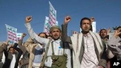 23일 예멘 사나에서 후티 반군을 지지하는 시위대가 슬로건을 외치고 있다.