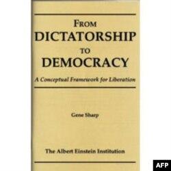 """Šarpova knjiga """"Od diktature do demokratije"""", koja je inspirisala demonstrante širom sveta"""