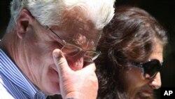 Prezident Barak Obama ilə telefonda danışdıqdan sonra jurnalistin valideynləri Con and Diana Foley müxbirlərlə evlərinin qarşısında görüşürlər. Roçester, Nyu Hempşir. 20 avqust, 2014.