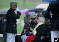 Annie Glenn, la esposa de John Glenn recibe la bandera que cubrió el ataúd del héroe estadounidense durante la ceremonia en el Cementerio Nacional de Arlington.