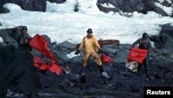 在埃克森美孚公司的瓦尔德斯油轮(Carlos Valdez)带来美国历史上最严重的石油泄漏事件之后,工作人员清理遭到石油污染的海滩。(1989年4月2日)