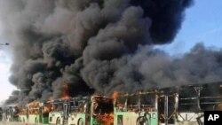 Qaçqınları evakuasiya edən avtobuslar yandırılıb