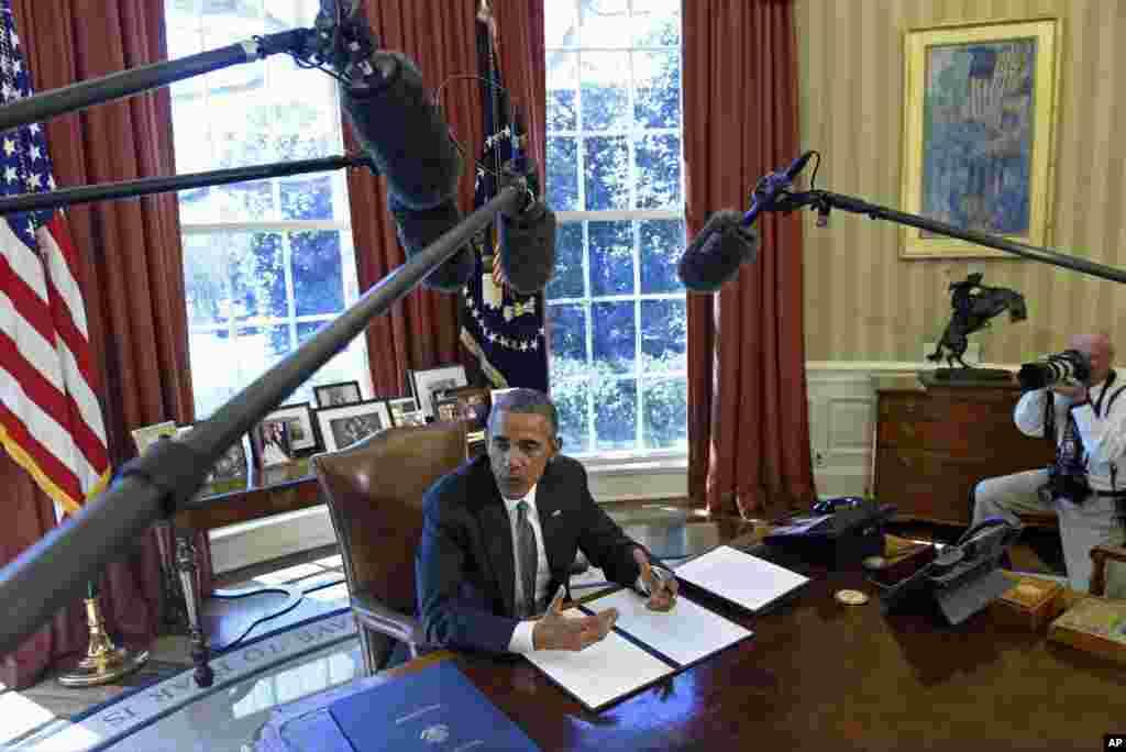 """باراک اوباما وضعیت اضطراری علیه ایران را برای یک سال دیگر تمدید کرد روز چهارشنبه آقای اوباما دستور اجرایی """"وضعیت اضطراری ملی"""" در مورد ایران را برای یکسال دیگر تمدید کرد. آقای اوباما به توافق هسته ای ایران به عنوان """"توافق تاریخی"""" اشاره کرد اما نوشته، همچنان ایران تهدیدی برای امنیت آمریکا است و به همین دلیل """"وضعیت اضطراری ملی"""" یکسال دیگر تمدید می شود. این دستور آقای اوباما بعد از چند آزمایش موشکی ایران صورت گرفته است."""