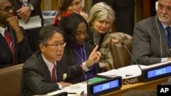 Đại sứ Nhật tại LHQ Motohide Yoshikawa phát biểu trong phiên họp biểu quyết để đưa Bắc Triều Tiên ra trước Tòa án Hình sự Quốc tế vì những vụ vi phạm nhân quyền trầm trọng.