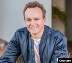 好莱坞制片人、《投喂中国龙》一书的作者克里斯·芬顿(Chris Fenton)。 (照片由本人提供)