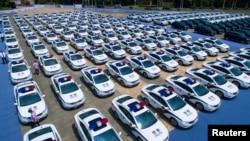 2016年7月18日,中国杭州的一个停车场停满了车辆,其中有警车和其它各种车辆。所有这些车辆都是为在这里举行的20国集团峰会服务的。(路透社)