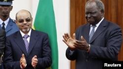Ethiopian Prime Minister Meles Zenawi, left, with Kenyan President Mwai Kibaki, Nairobi, March 1, 2012.