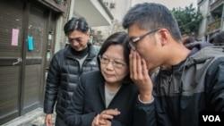 民進黨主席蔡英文(中)聽取幕僚意見。(2015年3月18日,美國之音記者方正拍攝)