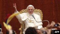 Đức Giáo Hoàng Benedict XVI chào đón người hành hương từ dinh thự mùa hè của ngài ở Castelgandolfo trong vùng đồi núi phía nam Rome, ngày 10/8/2011