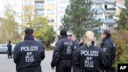 Polisi berdiri di depan gedung di kota Schwerin, Jerman, Selasa, 31 Oktober 2017 setelah polisi Jerman menangkap seorang warga negara Suriah berusia 19 tahun karena diduga merencanakan serangan bom untuk membunuh banyak orang. (Foto: dok.)