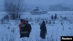 در منطقه برفی بیرون مسکو جستجو برای بقایای هواپیما ادامه دارد.
