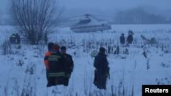 Petugas penyelamat di lokasi kecelakaan pesawat Antonov AN-128, yang jatuh setelah lepas landas dari Bandara Domodedovo di luar Kota Moscow, Rusia, 11 Februari 2018.