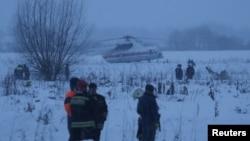 搜救人员在俄罗斯客机坠毁现场搜索。