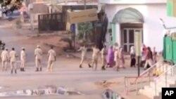 Les forces soudanaises escortent des civils à Khartoum, au Soudan, le 3 juin 2019.(Images: capture d'écran)