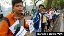 'Dự án' chặt hạ 6.700 cây xanh hàng loạt này đã vấp phải sự phản đối quyết liệt của mọi tầng lớp người dân thủ đô Hà Nội. (Marianne Brown/VOA)