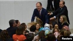 Partai AK yang berkuasa dan anggota parlemen oposisi bentrok setelah anggota parlemen independen Aylin Nazliaka (tidak digambarkan) memborgol dirinya ke mimbar saat berlangsungnya debat untuk memprotes perubahan konstitusi yang diusulkan di Parlemen Turki di Ankara, 19 Januari 2017. (foto: REUTERS/Stringer).