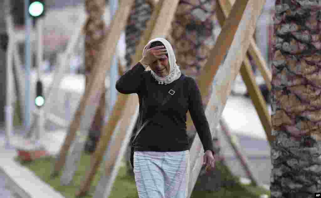 Una mujer llora desesperada buscando a su hija en Niza.