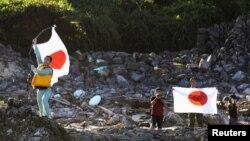 19일 일장기를 들고 센카쿠 열도에 상륙한 일본인들.