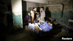 Warga bersembunyi di basement saat tembakan artileri menghantam Donetsk, Ukraina timur (1/10).