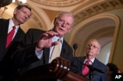 제임스 인호프 공화당 상원의원(가운데)이 12일 미치 매코넬 상원 공화당 대표(오른쪽 )와 존 바라소 공화당 상원의원과 함께 국방 예산 관련 기자회견을 열고 있다.