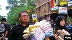 Saptuari Sugiharto berhasil menggalang lebih dari Rp 170 juta bantuan Merapi lewat jejaring sosial hanya dalam dua minggu. Lewat Facebook dan Twitter Saptuari juga melaporkan penyaluran bantuan secara transparan.