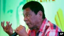 필리핀 대선에 출마한 로드리고 두테르테 후보가 9일 투표한 후 기자회견을 하고 있다.