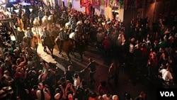 Policija pravi red medju masom svijeta u slavnoj ulici Bourbon Street u ponoc, pred kraj svetkovine