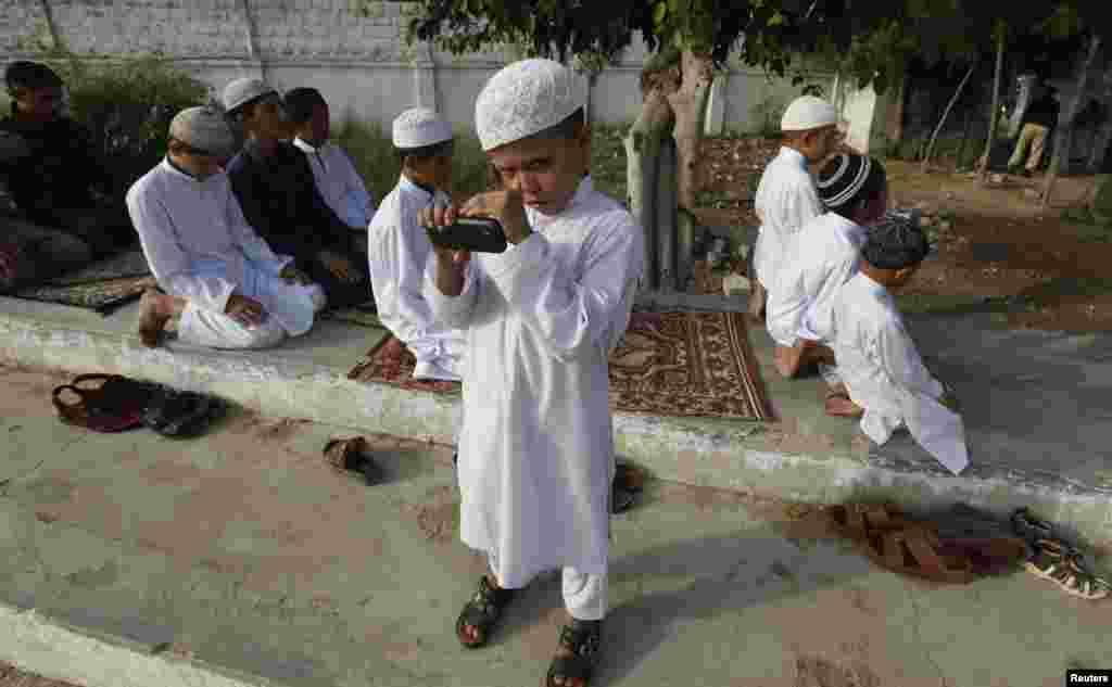 بچے بھی بڑے شوق سے عید کی نماز کے لیے بڑوں کے ساتھ عید گاہ آئے۔