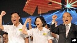 蔡英文和竞选伙伴苏嘉全(左)以及苏贞昌(右)在民进党代表大会上