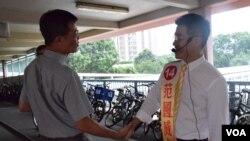 范國威(右)與市民握手 (美國之音 湯惠芸拍攝)