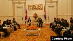 គណៈប្រតិភូពាណិជ្ជកម្មអាមេរិកដែលដឹកនាំដោយក្រុមប្រឹក្សាពាណិជ្ជកម្មអាមេរិកអាស៊ាន (US-ASEAN Business Council) ចូលជួបលោកនាយករដ្ឋមន្ត្រីហ៊ុន សែន នៅវិមានសន្តិភាពរាជធានីភ្នំពេញ កាលពីថ្ងៃ ទី៤ ខែកញ្ញា ឆ្នាំ២០១៤។ (រូបថតផ្តល់ឲ្យដោយ US-ASEAN Business Council)