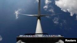 Turbin angin pembangkit listrik milik perusahaan Perancis Alstom di Loire Estuary dekat Saint Nazaire. (Foto: Dok)