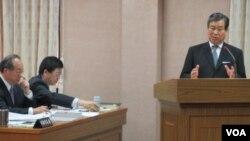 台灣外交部次長石定在立法院接受質詢(美國之音張永泰拍攝)