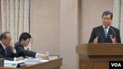 台湾外交部次长石定在立法院接受质询(美国之音张永泰拍摄)