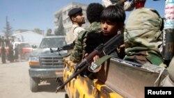 پسر بچه ای مسلح در خودروی شورشیان حوثی. جمهوری اسلامی ایران از حوثیهای یمن حمایت میکند.
