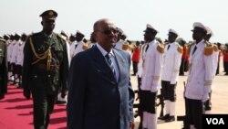 Presiden Sudan Omar al-Bashir tiba di ibukota Sudan Selatan Juba untuk berunding dengan Presiden Salva Kiir, Selasa (22/10).