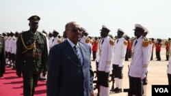 FILE - Sudan's President Omar al-Bashir arrives in South Sudan's capital Juba to meet his counterpart Salva Kiir for talks on trade, borders and other outstanding issues between the former civil war foes, Oct. 22, 2013. (H. McNeish for VOA)