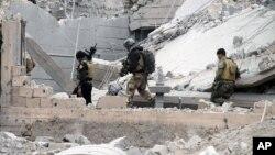 Các lực lượng an ninh Iraq, với sự yểm trợ của các cuộc không kích của liên quân do Mỹ dẫn đầu, tiến vào trung tâm Ramadi, cách thủ đô Baghdad 115 km về phía tây, hôm 24/12.