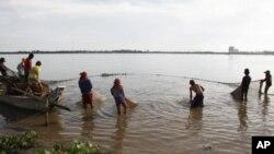 Ngư dân Kampuchea giăng lưới trên sông Mekong