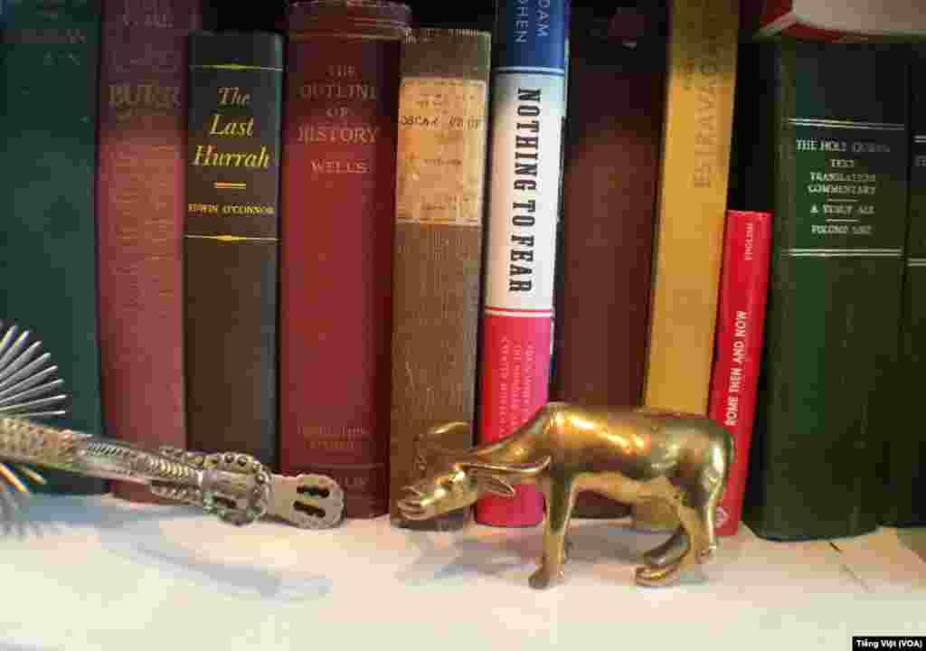 Một góc tủ sách của ông Phillips.