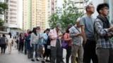 2019 年 11 月 23 日,香港市民在海怡半島的區議會選舉中排隊投票 (路透社照片)