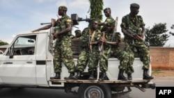Les forces de sécurité burundais patrouillent à Bujumbura, Burundi, 17 mai 2018.