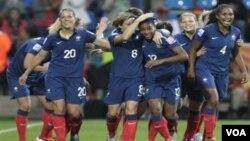 Pemain Perancis Elodie Thomis (ketiga dari kanan) disambut rekan-rekannya setelah menyarangkan gol keempat bagi timnya ketika melawan Kanada dalam pertandingan grup A Piala Dunia Putri di Bochum, Jerman, Kamis (30/6).